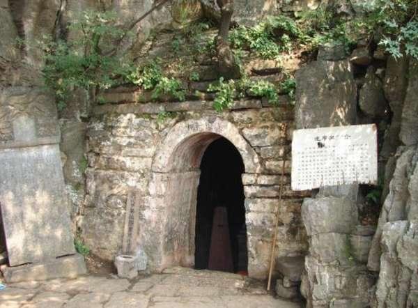 Вход в пещеру, где медитировал Бодхидхарма