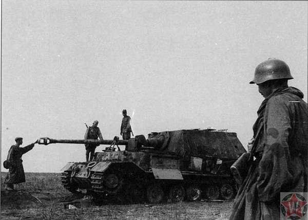 Русские солдаты осматривают подбитую немецкую САУ