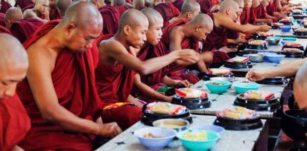 трапеза в буддийском монастыре