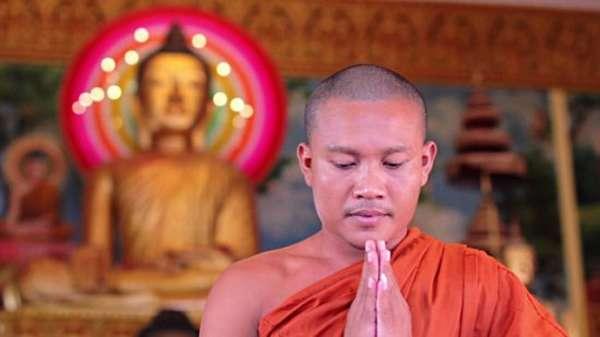монах и статуя Будды