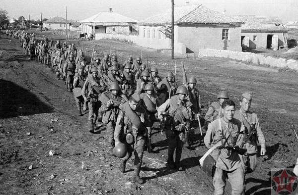Бойцы Красной Армии на марше к Сталинграду