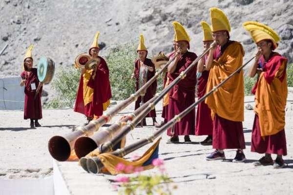 Монахи играют на дунчене