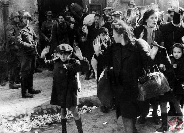 Евреев сопровождают из Варшавского гетто немецкие солдаты