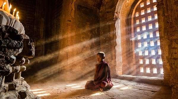 монах в монастыре