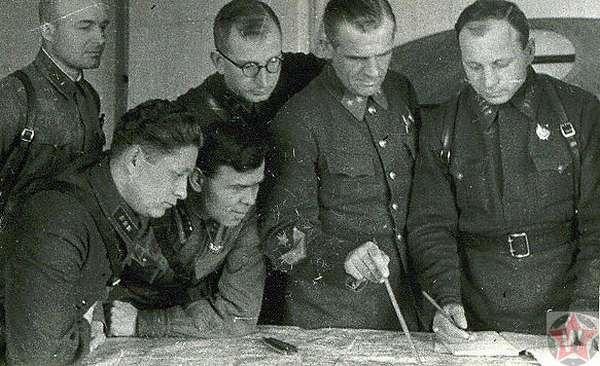 Командир 258-й стрелковой дивизии генерал-майор Трубников К.П. (второй справа) в дни обороны Тулы