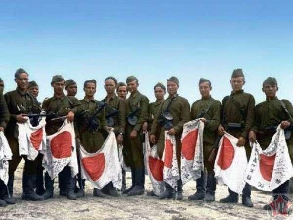 Советские солдаты с японскими флагами