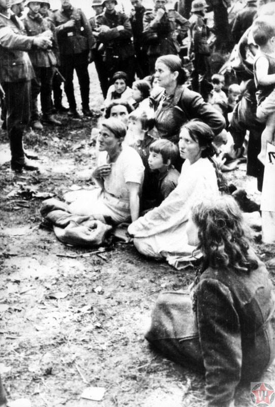 Жены и детьми бойцов РККА в окружении немецких солдат