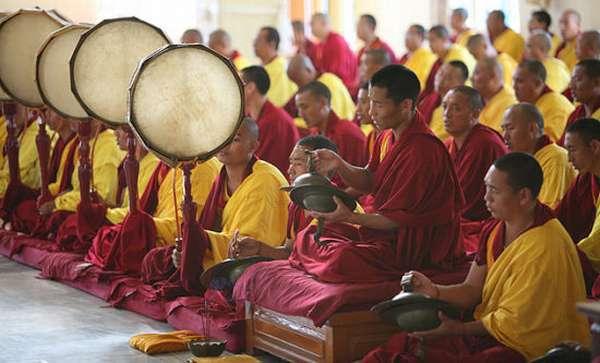 Монахи на службе в дацане