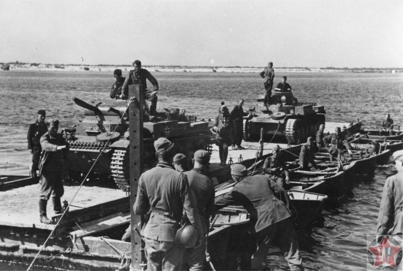 Два немецких танка Pz. Kpfw. II переправляются через реку