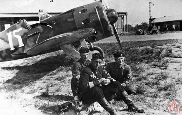 Командир Красной Армии у своего истребителя