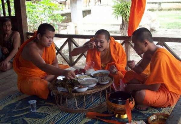 монахи едят