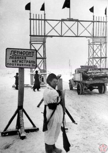 Регулировщица на въезде на ледяную «Дорогу жизни» у деревни Коккорево.