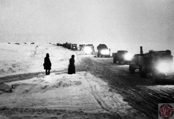 Колонна грузовиков следует в сумерках по «Дороге жизни» на Ладожском озере. 1942 г.