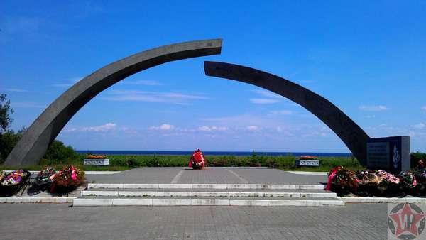 Памятник Разорванное кольцо на Дороге жизни