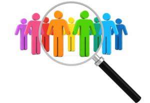 Специалист диагност изучает личное дело и оценивает персонал по специальной методике