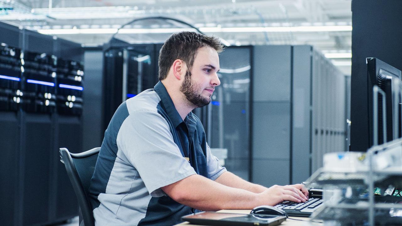 Разработчики компьютерных систем занимаются научными аналитическими исследованиями в области информатики, компьютерных коммуникаций