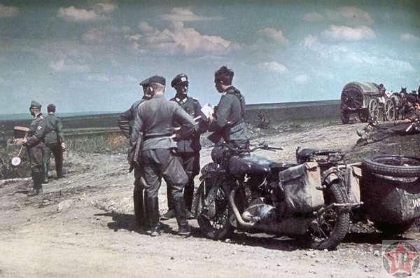 Офицеры 6-й полевой армии вермахта совещаются на перекрестке дорог во время наступления на Сталинград