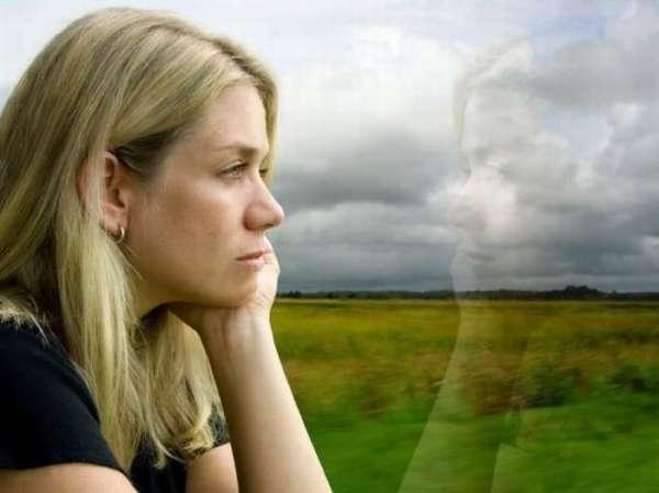 женщина в задумчивости