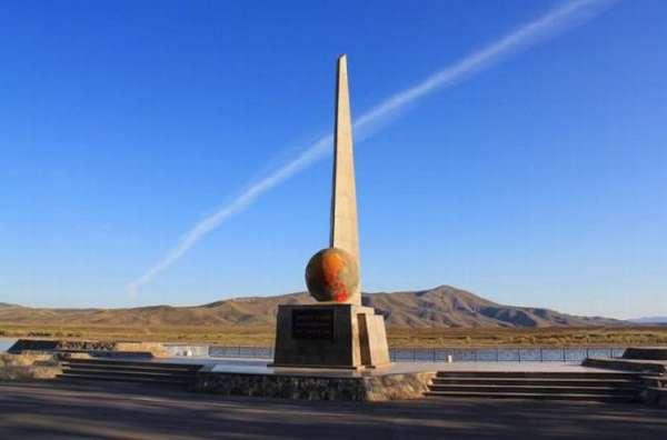 Тыва, памятник на берегу Енисея