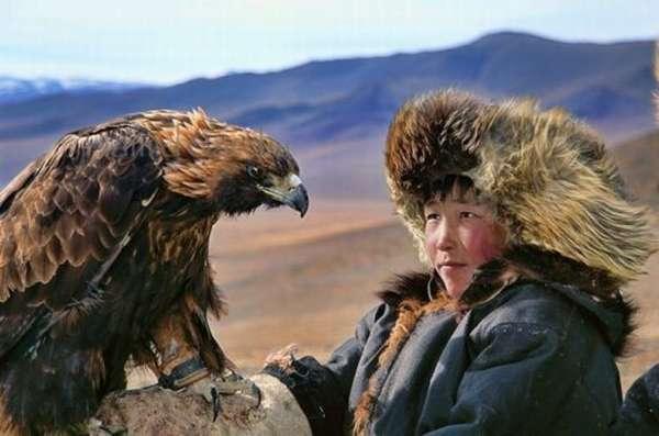 Мальчик монгол с орлом