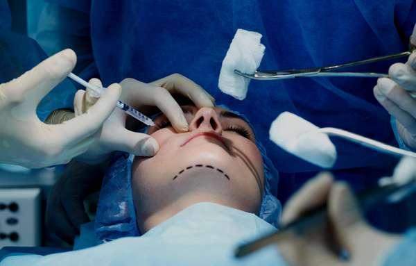 Пластический хирург – это врач, который занимается устранением внешних дефектов и деформаций различных органов и тканей
