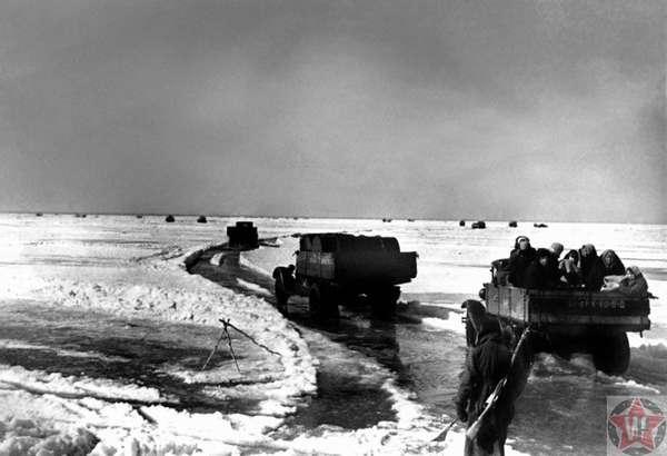 Автомобили вывозят людей из блокадного Ленинграда по Дороге жизни.