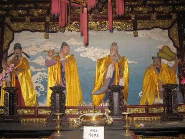 статуи внтри даосского монастыря