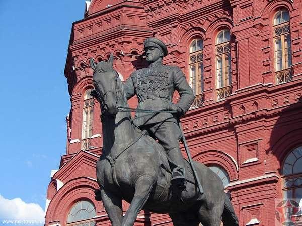 Скульптура Георгия Жукова перед Александровским садом в Москве