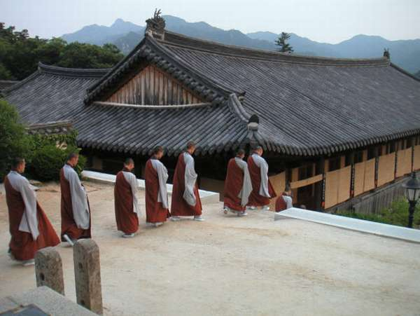 послушники храма
