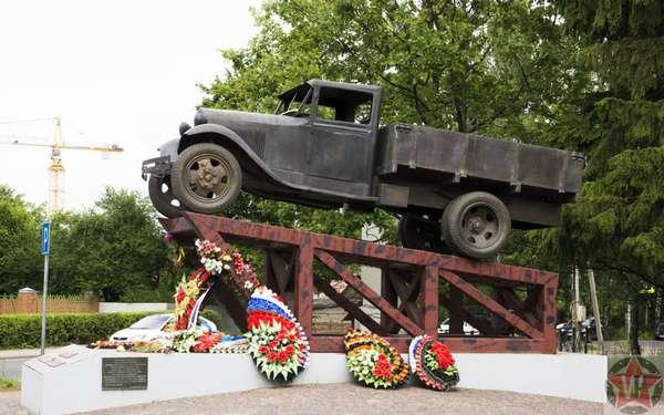 Памятник Полуторка на Дороге жизни