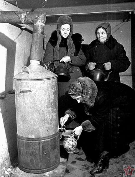 Жительницы блокадного Ленинграда набирают кипяток во время нахождения в бомбоубежище
