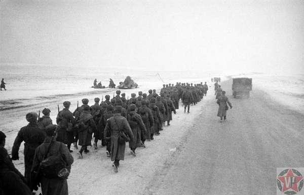 Колонна советских солдат на марше по шоссе на Можайском направлении