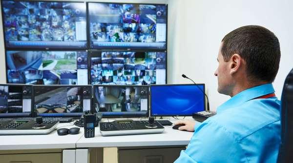 В случае возникновения чрезвычайных ситуаций координатор обеспечивает оповещение аварийных служб и вызов групп реагирования для пресечения несанкционированного проникновения