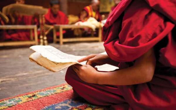 монах читает писание