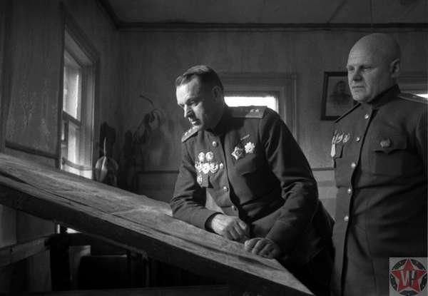 Генералы К.К. Рокоссовский и К.Ф. Телегин у карты в командном пункте Белорусского фронта