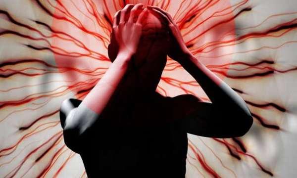 Человек сжимает голову руками от страха
