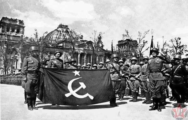 Перед отправкой Знамени Победы в Москву, Берлин 1945 год.