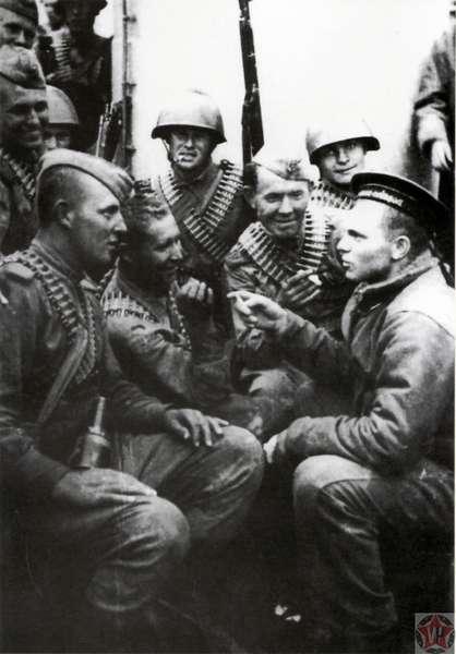 Советские бойцы на палубе транспорта во время перехода к острову Шумшу