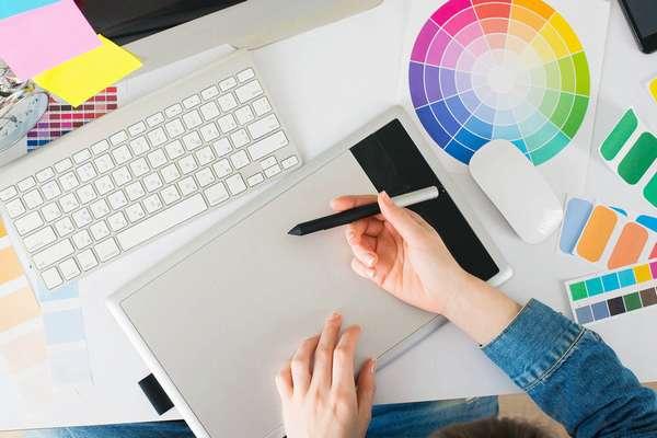 Веб-дизайнер – это специалист, который отвечает за оформление, наполнение сайтов, упрощает процесс взаимодействия пользователей с программами