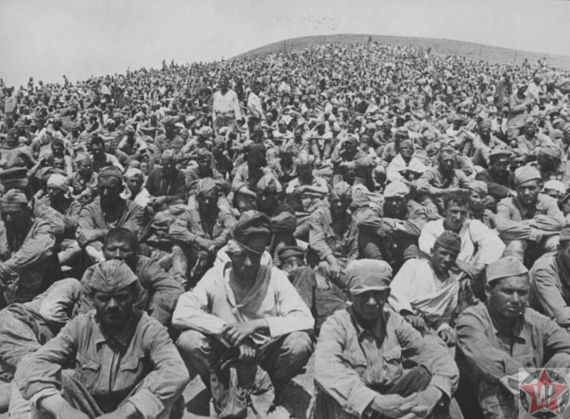 Пленные бойцы Красной Армии под Севастополем