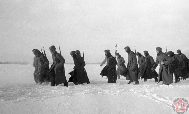 Немецкие солдаты идут сдаваться во время Московской битвы