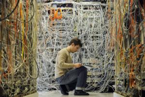 Системный администратор обеспечивает оптимальную работу компьютеров, сетей и ПО