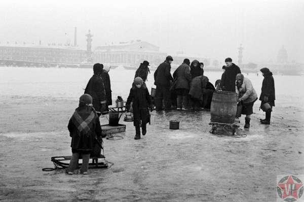 Жители блокадного Ленинграда идут на Неву за водой