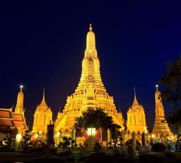 буддийский храм с подсветкой