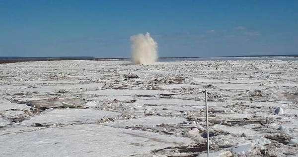 Ледовые массы на пути ледокола, идущего на разрушение затора .