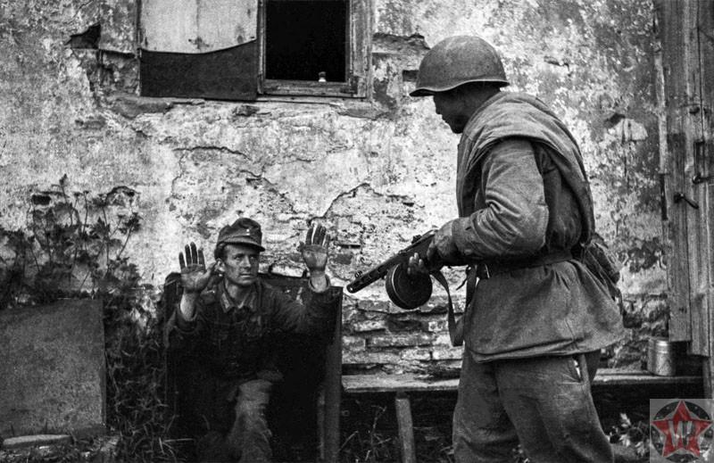 Боец Красной Армии берет в плен немецкого солдата