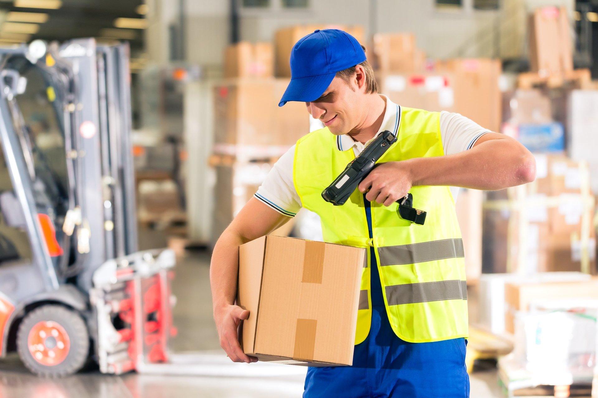 Специалист имеет дело с точным перечнем продукции, которую надо собрать и отправить покупателю