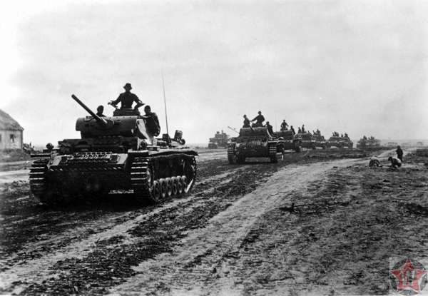 Колонна немецких танков на подходе к линии фронта во время операции «Цитадель»