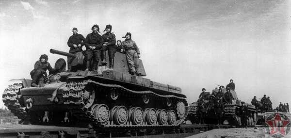 Экипажи и танки КВ-1 в ходе переброски под Сталинград
