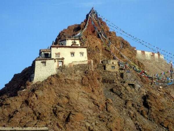 буддийский храм на горе